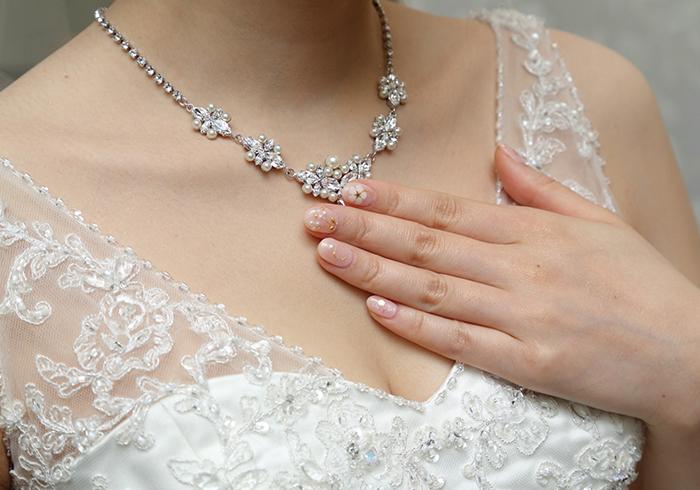Vネックのウェディングドレスの胸元