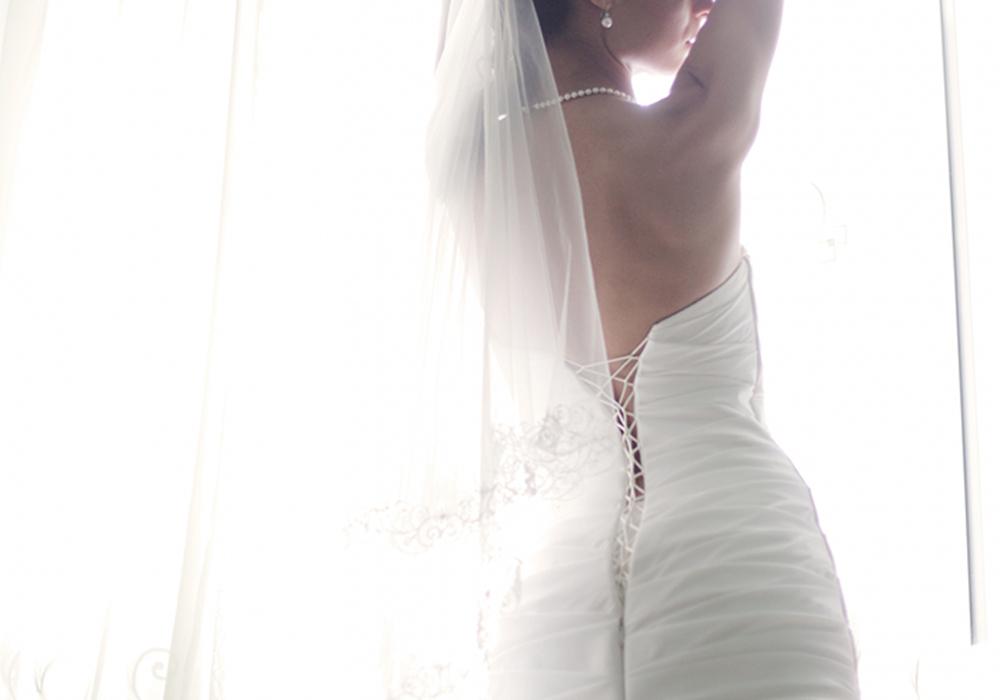 背中が大きく開いたウェディングドレス