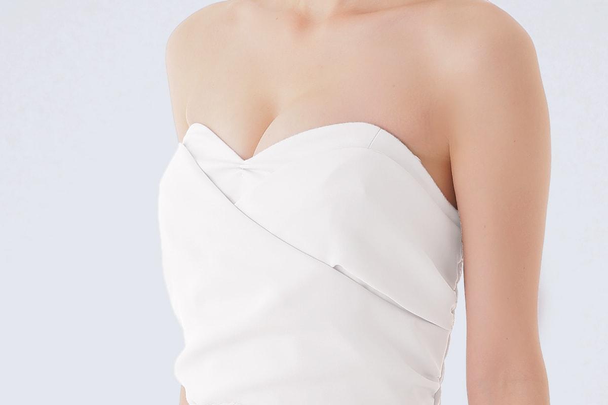 ベアトップドレスの胸元