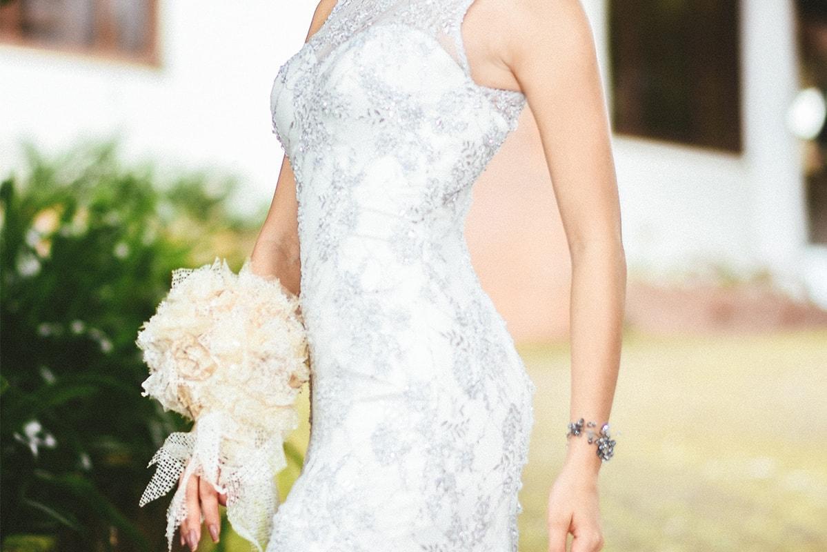 美しいボディラインのウェディングドレス姿