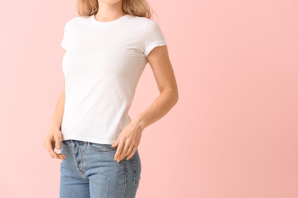 白Tシャツの女性